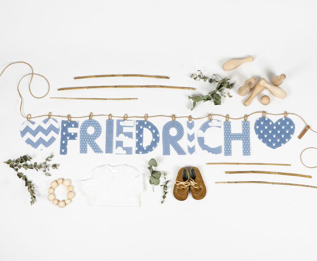 Namensgirlande in pastellblau mit dem Namen Friedrich. Namensketten sind tolle Geschenke zur Geburt oder Taufe.