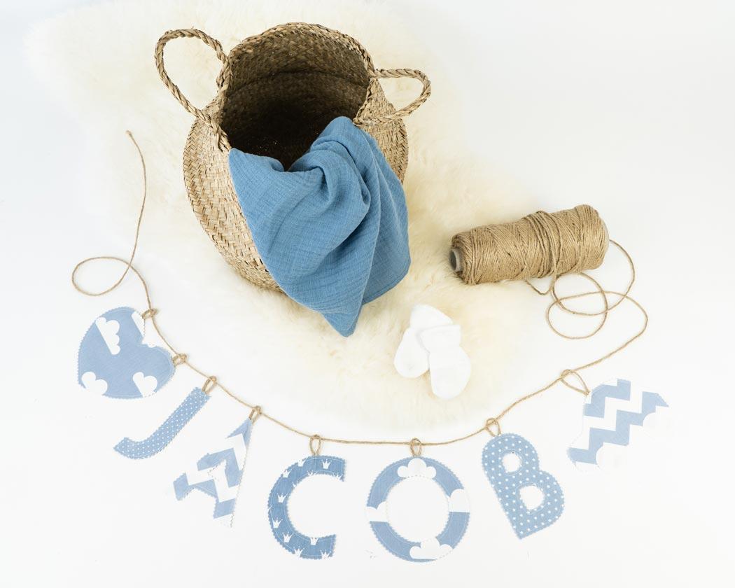 Namensgirlande in pastellblau mit dem Namen Jacob. Namensketten sind tolle Geschenke zur Geburt oder Taufe.