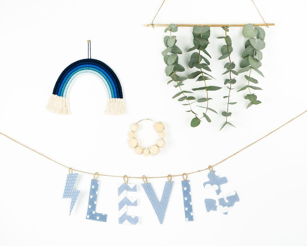 Namensgirlande in pastellblau mit dem Namen Levi. Namensketten sind tolle Geschenke zur Geburt oder Taufe.