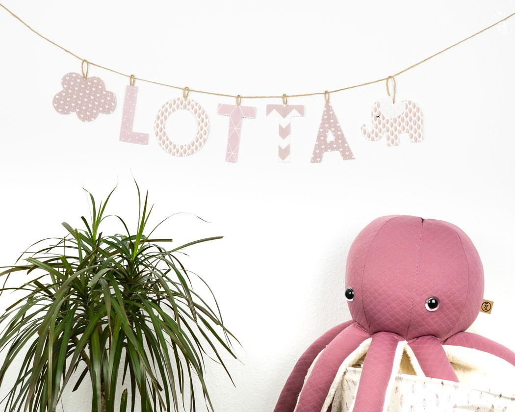 Namensgirlande in altrosa mit dem Namen Lotta. Namensketten sind tolle Geschenke zur Geburt oder Taufe.