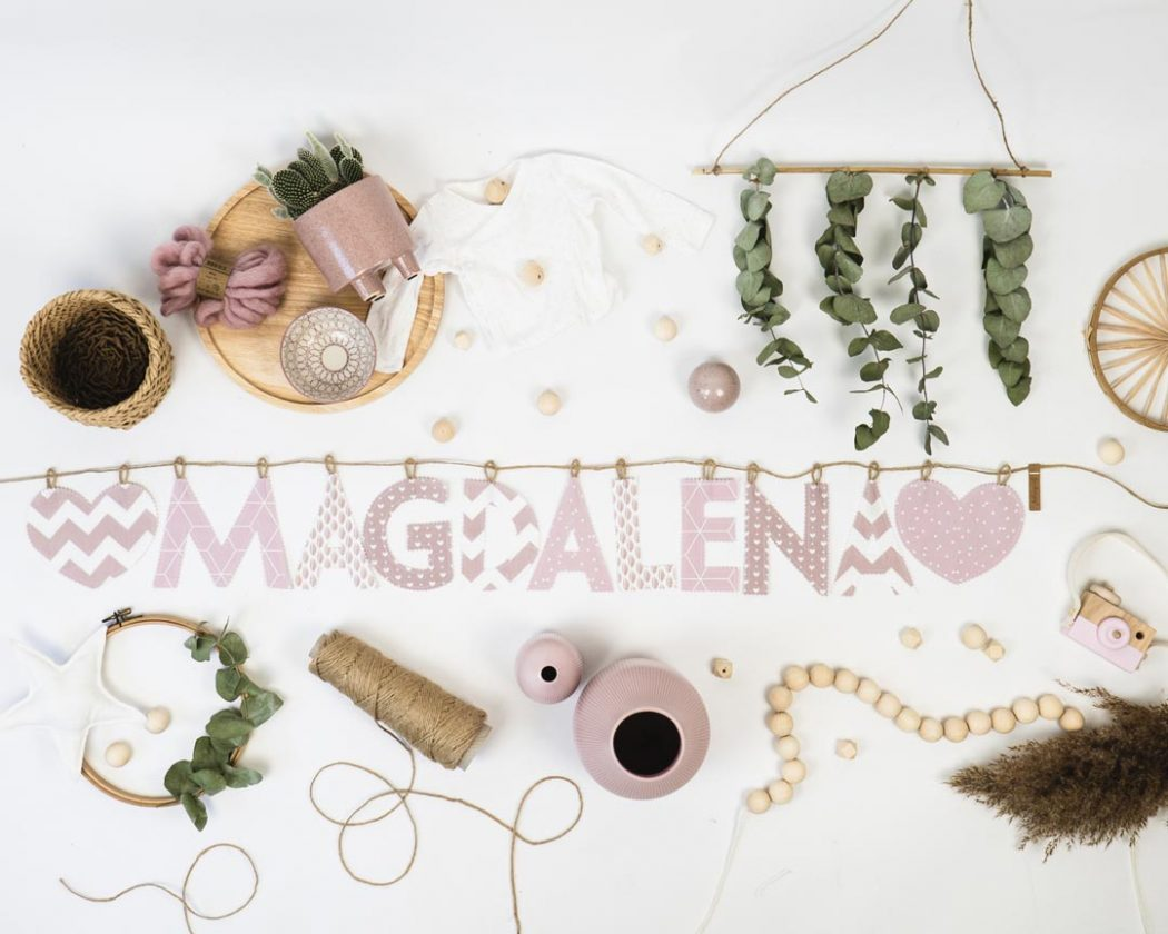 Namensgirlande in altrosa mit dem Namen Magdalena. Namensketten sind tolle Geschenke zur Geburt oder Taufe.