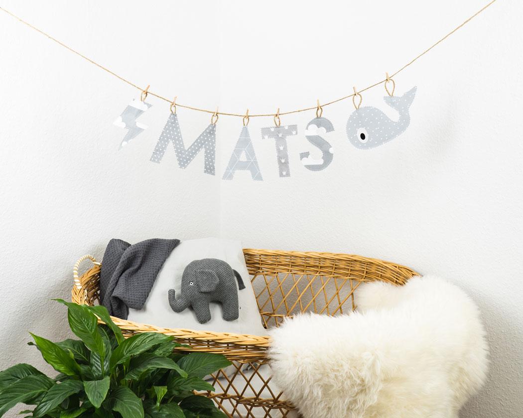 Namensgirlande in hellgrau mit dem Namen Mats. Namensketten sind tolle Geschenke zur Geburt oder Taufe.
