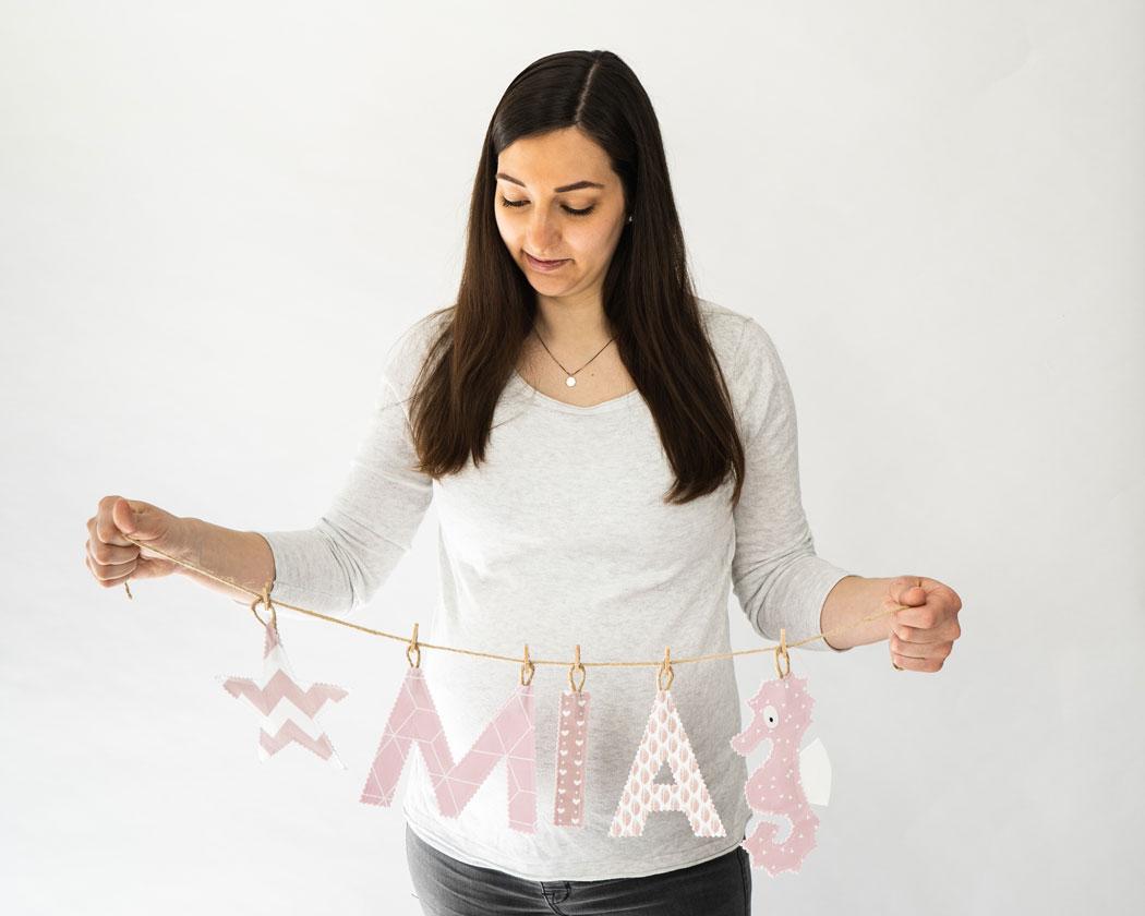 Namensgirlande in altrosa mit dem Namen Mia. Namensketten sind tolle Geschenke zur Geburt oder Taufe.