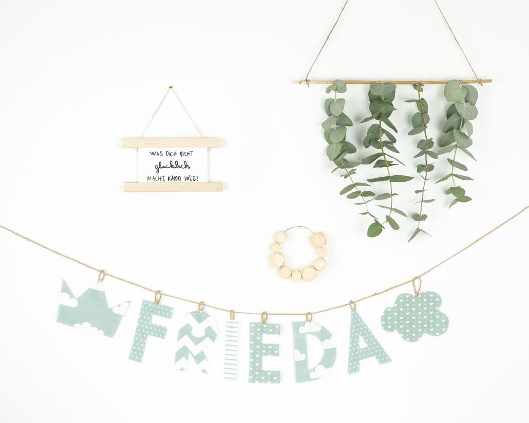 Namensgirlande in altgrün mit dem Namen Frieda. Namensketten sind tolle Geschenke zur Geburt oder Taufe.