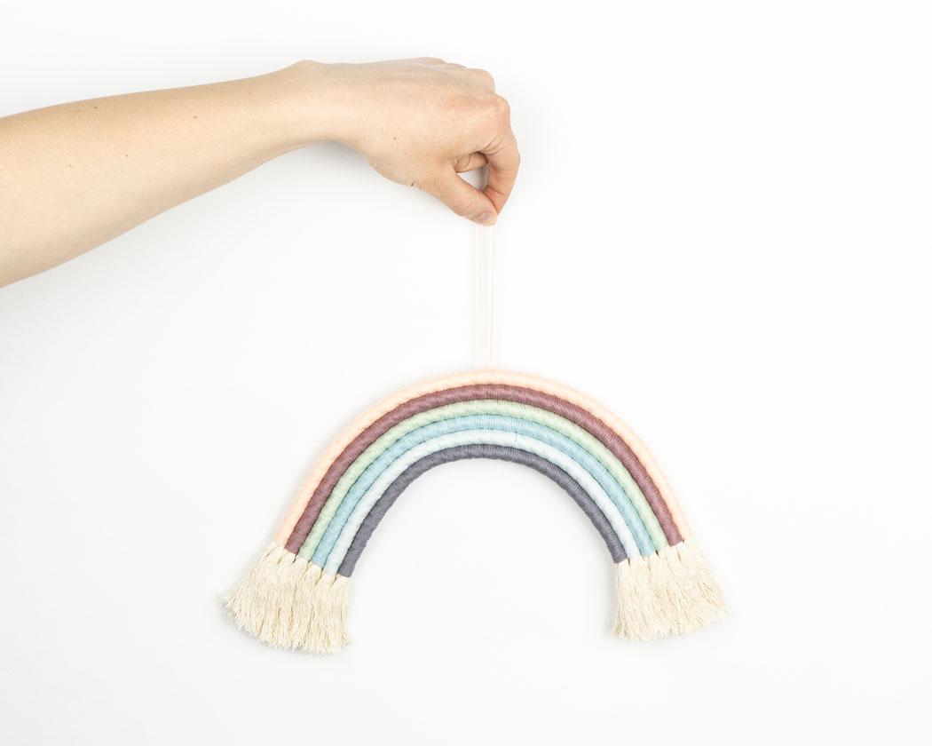 """Unser Makramee Regenbogen """"Dreamer"""" in Größe L. Auch als Fiber Rainbows bekannt verschönern sie jedes deiner Zimmer - egal ob Kinderzimmer oder Wohnzimmer."""