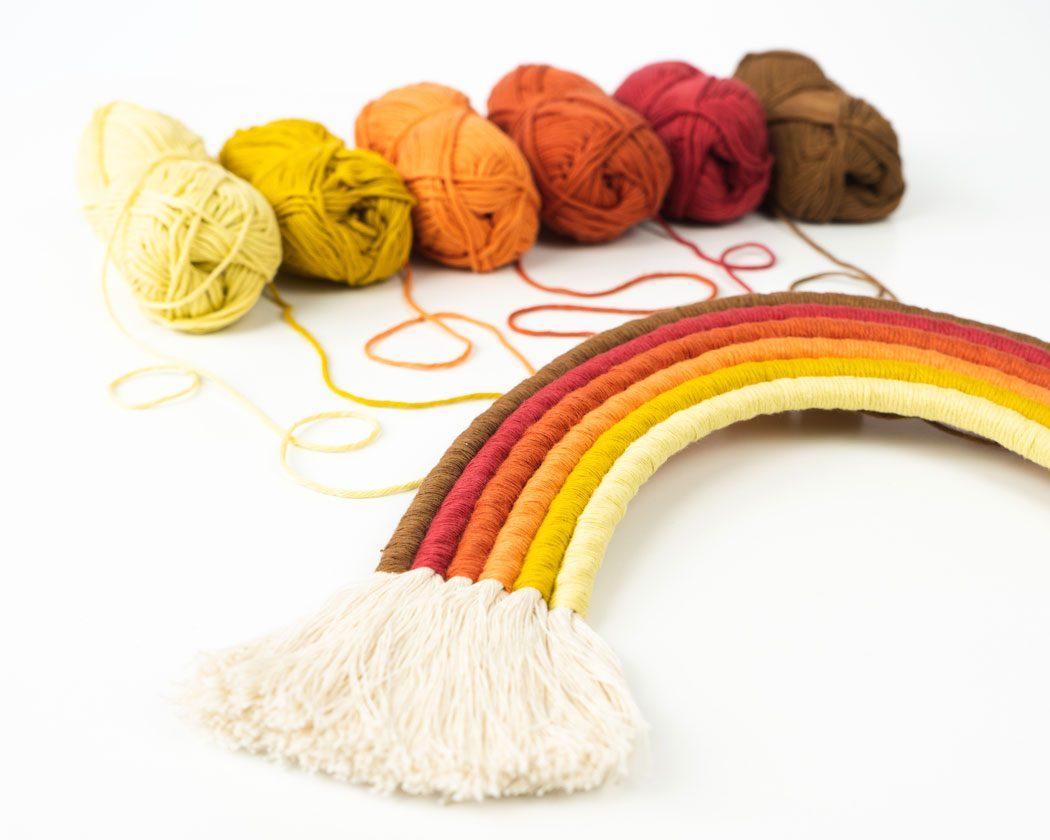 """Unser Makramee Regenbogen """"Herbstzauber"""" in Größe L. Auch als Fiber Rainbows bekannt verschönern sie jedes deiner Zimmer - egal ob Kinderzimmer oder Wohnzimmer."""