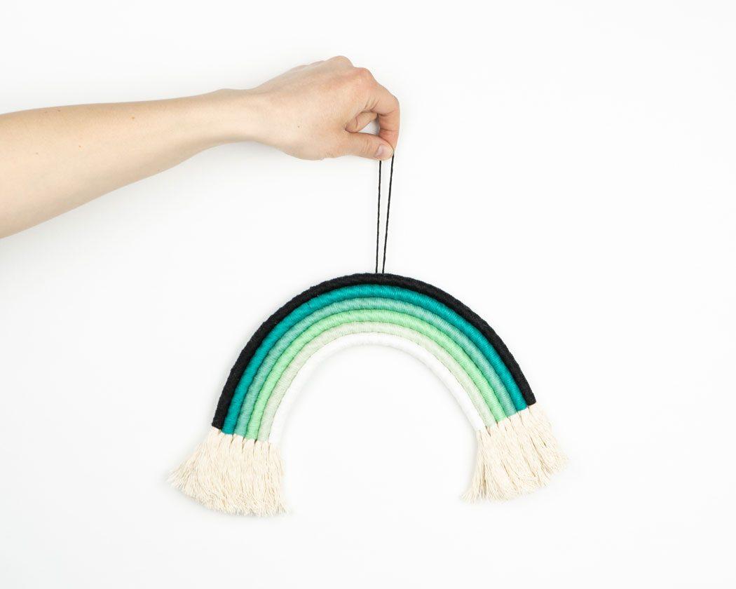 """Unser Makramee Regenbogen """"Knallfrosch"""" in Größe L. Auch als Fiber Rainbows bekannt verschönern sie jedes deiner Zimmer - egal ob Kinderzimmer oder Wohnzimmer."""
