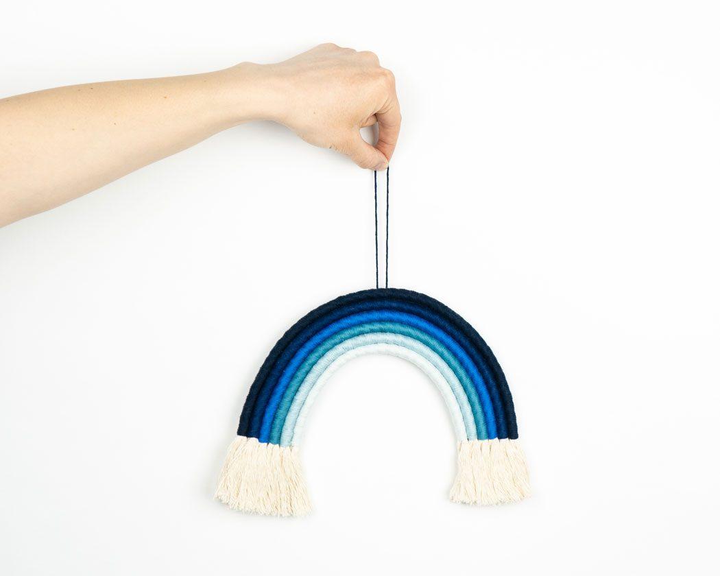 """Unser Makramee Regenbogen """"Ocean"""" in Größe L. Auch als Fiber Rainbows bekannt verschönern sie jedes deiner Zimmer - egal ob Kinderzimmer oder Wohnzimmer."""