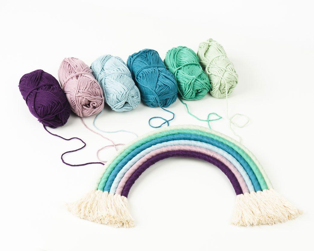 """Unser Makramee Regenbogen """"Pastellliebe"""" in Größe L. Auch als Fiber Rainbows bekannt verschönern sie jedes deiner Zimmer - egal ob Kinderzimmer oder Wohnzimmer."""