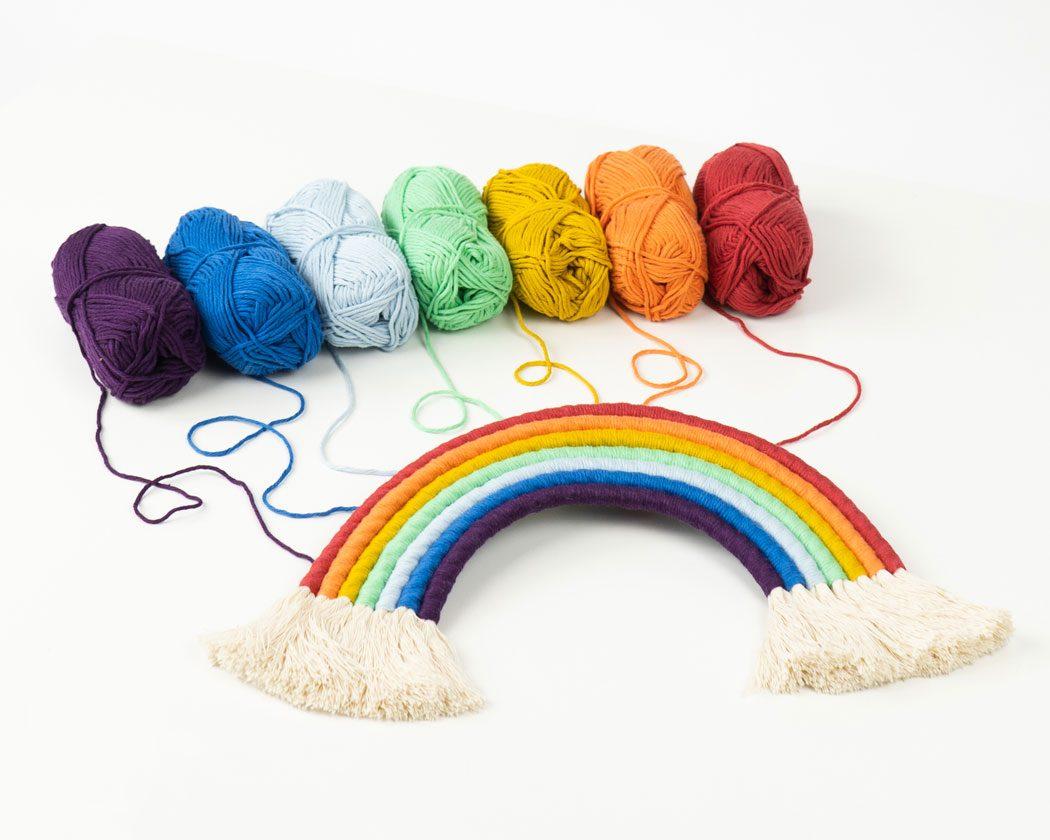 """Unser Makramee Regenbogen """"Regenbogenglück"""" . Auch als Fiber Rainbows bekannt verschönern sie jedes deiner Zimmer - egal ob Kinderzimmer oder Wohnzimmer."""
