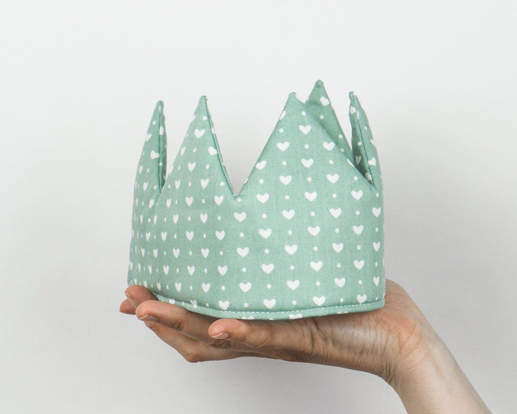 Geburtstagskrone aus Stoff mit Herzen in altgrün