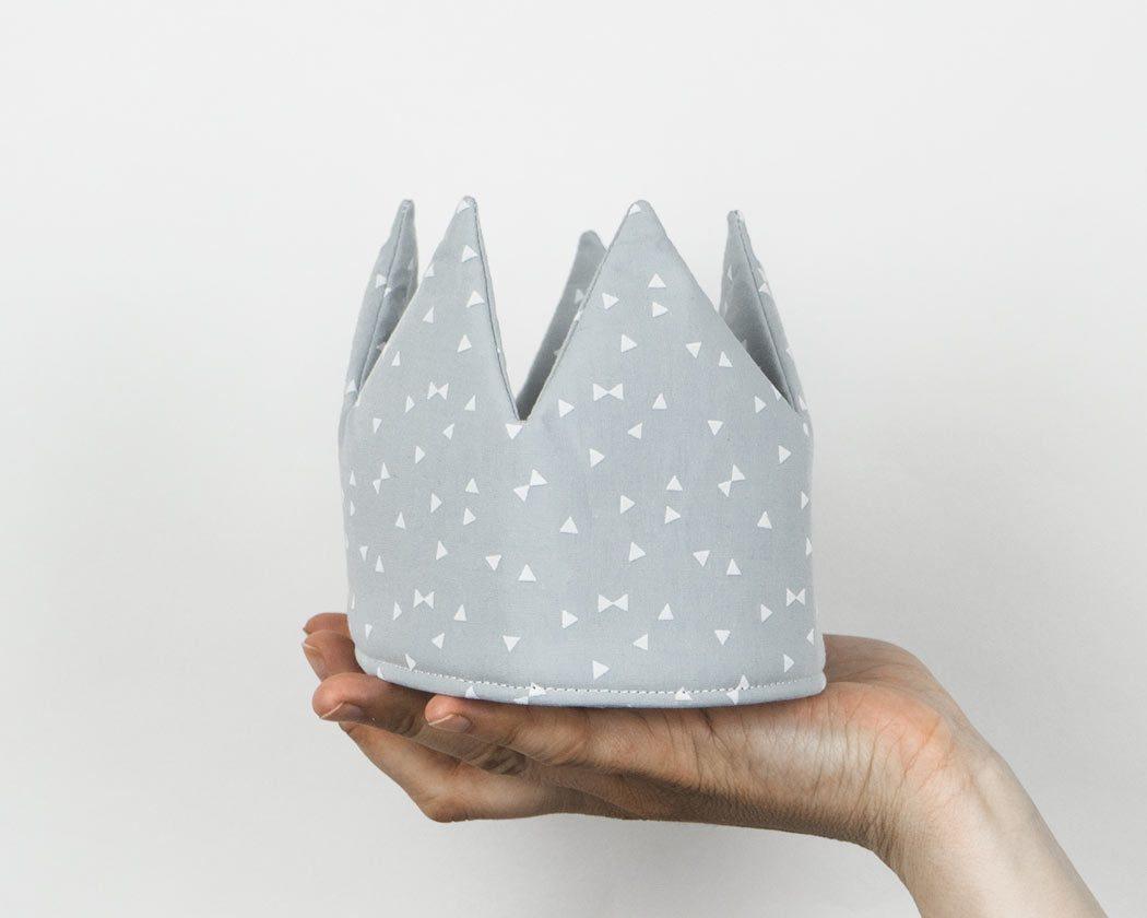 Geburtstagskrone aus Stoff mit Dreiecken in hellgrau