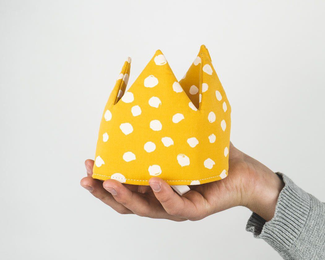 Geburtstagskrone aus Stoff mit Punkten in ocker/senfgelb