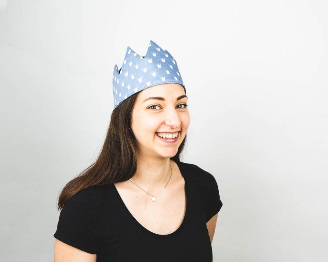 Geburtstagskrone aus Stoff mit Kronen in pastellblau