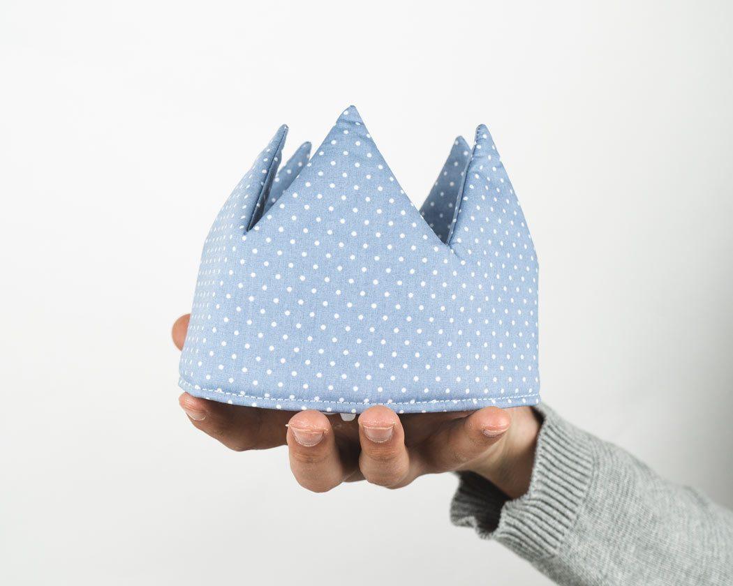Geburtstagskrone aus Stoff mit Punkten in pastellblau