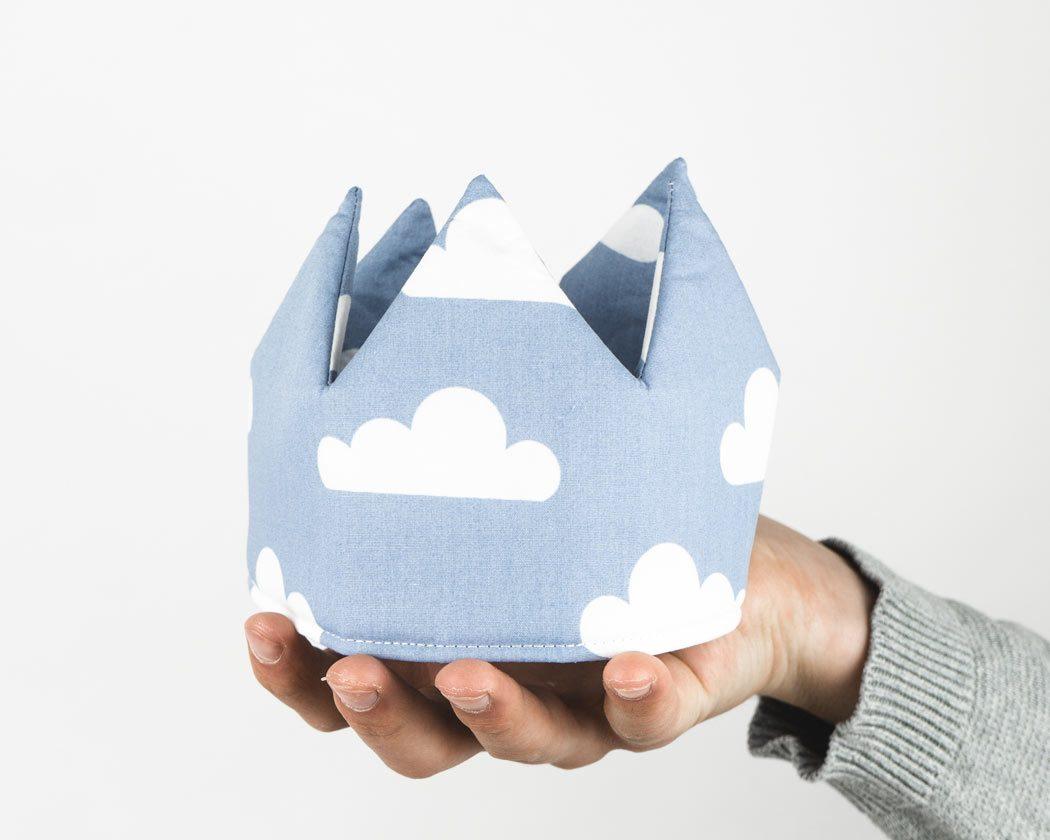 Geburtstagskrone aus Stoff mit Wolken in pastellblau