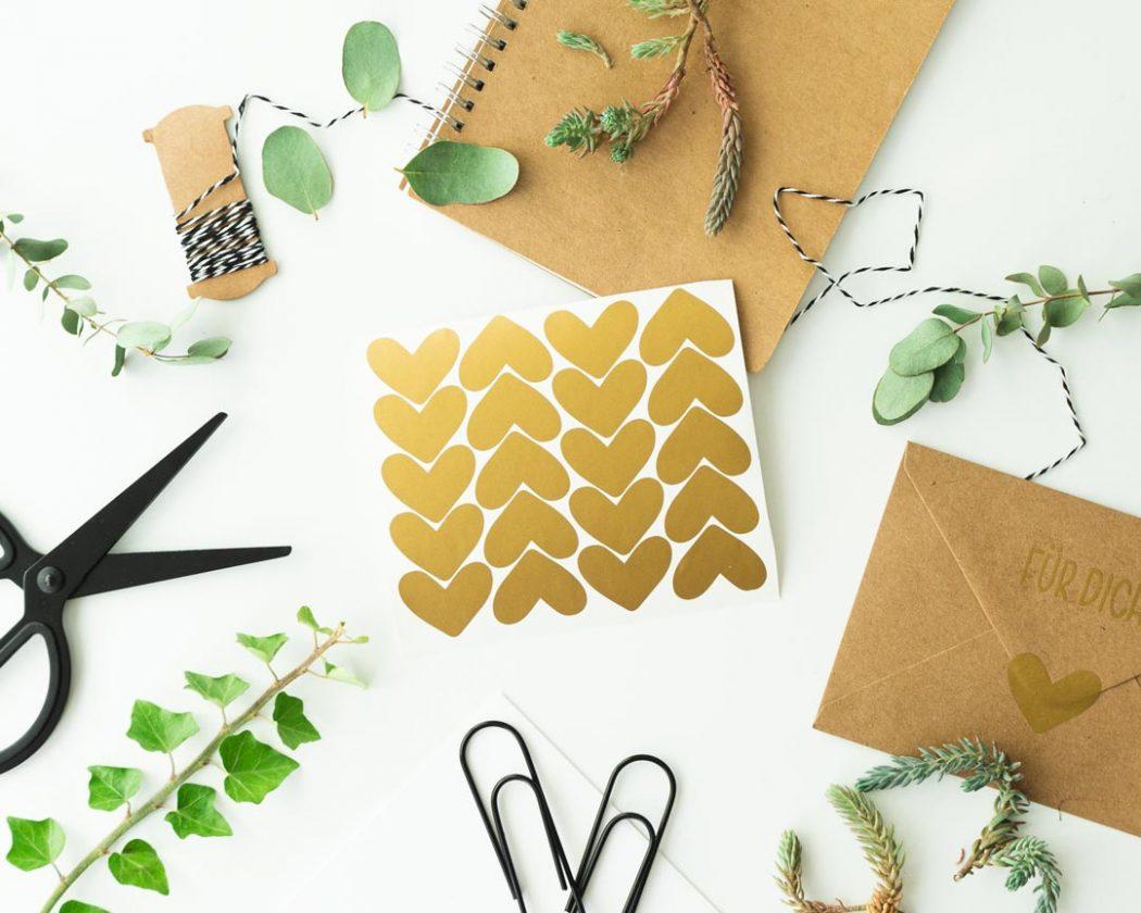 Herz Aufkleber in gold- perfekt zum dekorieren & verschönern von Geschenken.