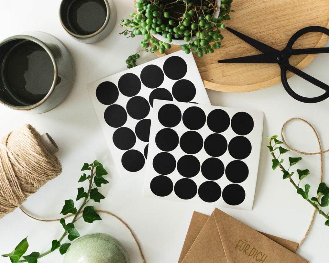 Punkte Aufkleber in schwarz - perfekt zum dekorieren & verschönern von Geschenken.
