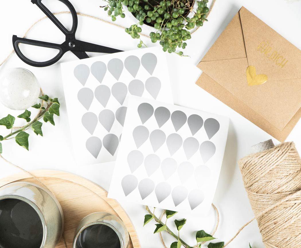 Tropfen Aufkleber in silber - perfekt zum dekorieren & verschönern von Geschenken.