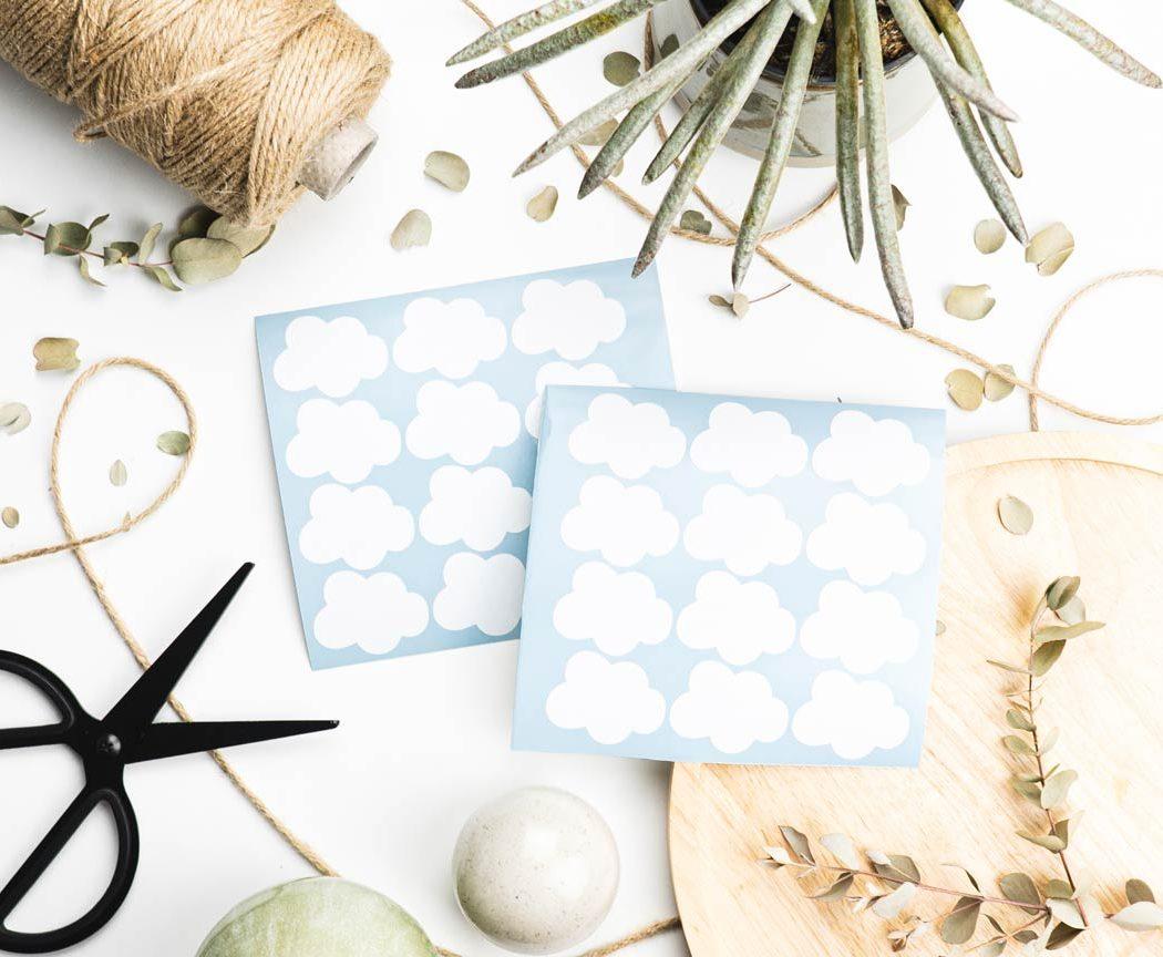 Wolken Aufkleber in weiß - perfekt zum dekorieren & verschönern von Geschenken.