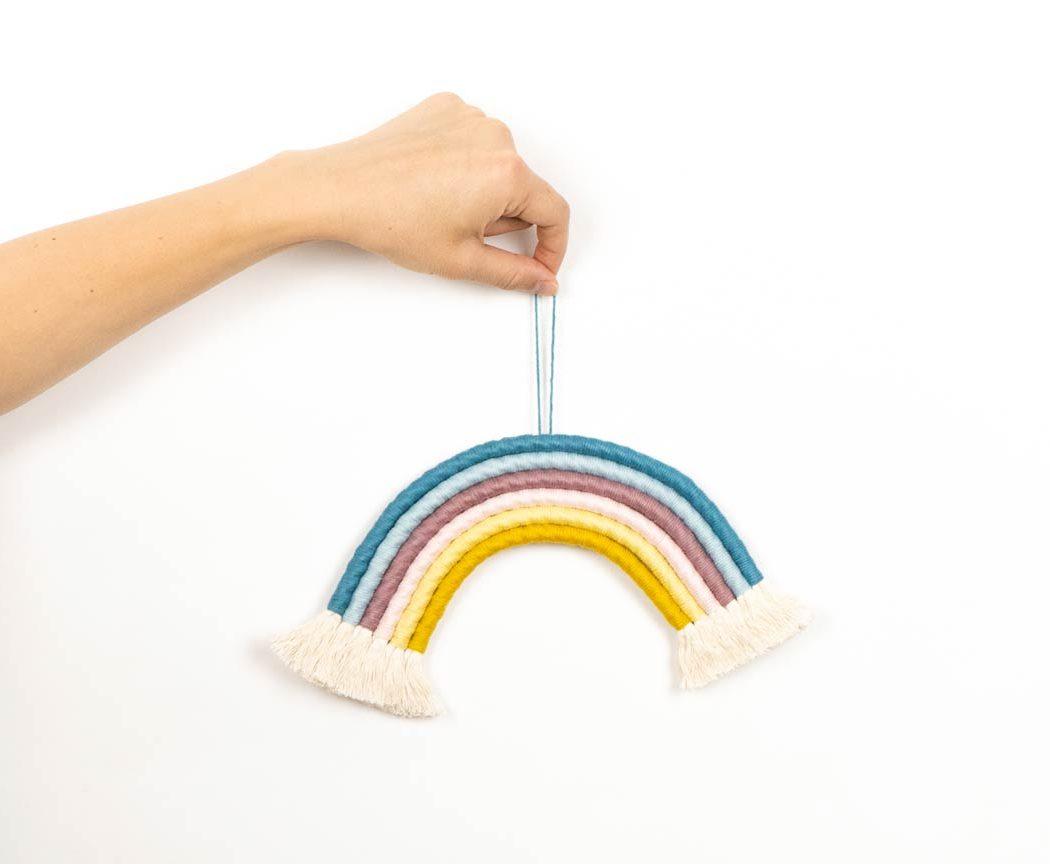 """Unser Makramee Regenbogen """"Eiscreme"""" in Größe M. Auch als Fiber Rainbows bekannt verschönern sie jedes deiner Zimmer - egal ob Kinderzimmer oder Wohnzimmer."""