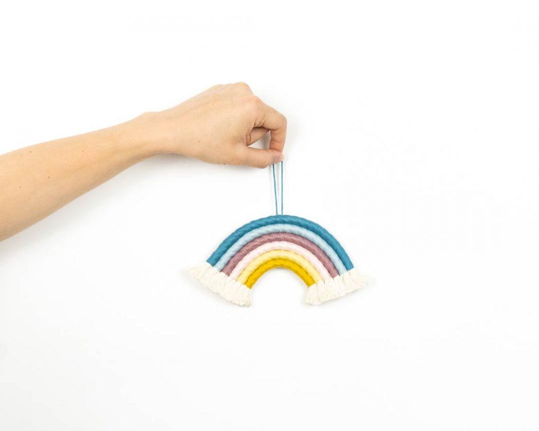 """Unser Makramee Regenbogen """"Eiscreme"""" in Größe S. Auch als Fiber Rainbows bekannt verschönern sie jedes deiner Zimmer - egal ob Kinderzimmer oder Wohnzimmer."""
