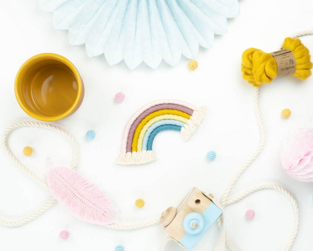 """Unser Makramee Regenbogen """"Mädchentraum"""" in Größe S. Auch als Fiber Rainbows bekannt verschönern sie jedes deiner Zimmer - egal ob Kinderzimmer oder Wohnzimmer."""