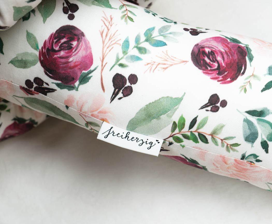 Bettschlange mit Blumen als Umrandung im Babybett, schützt sie den Kopf vor Gitterstäben und Zugluft und verhindert, dass der Schnuller aus dem Bett fällt.