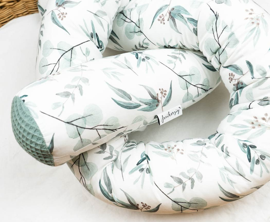 Bettschlange mit Eukalyptus als Umrandung im Babybett, schützt sie den Kopf vor Gitterstäben und Zugluft und verhindert, dass der Schnuller aus dem Bett fällt.