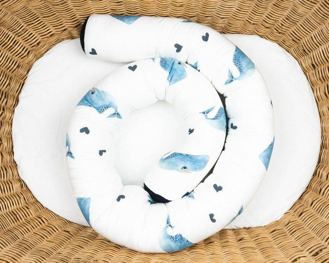 Bettschlange mit Walen als Umrandung im Babybett, schützt sie den Kopf vor Gitterstäben und Zugluft und verhindert, dass der Schnuller aus dem Bett fällt.