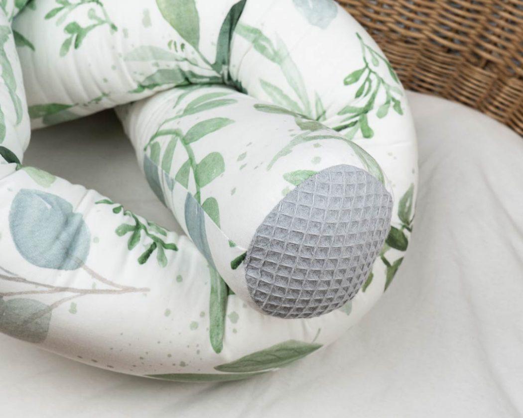Bettschlange mit Greenery als Umrandung im Babybett, schützt sie den Kopf vor Gitterstäben und Zugluft und verhindert, dass der Schnuller aus dem Bett fällt.
