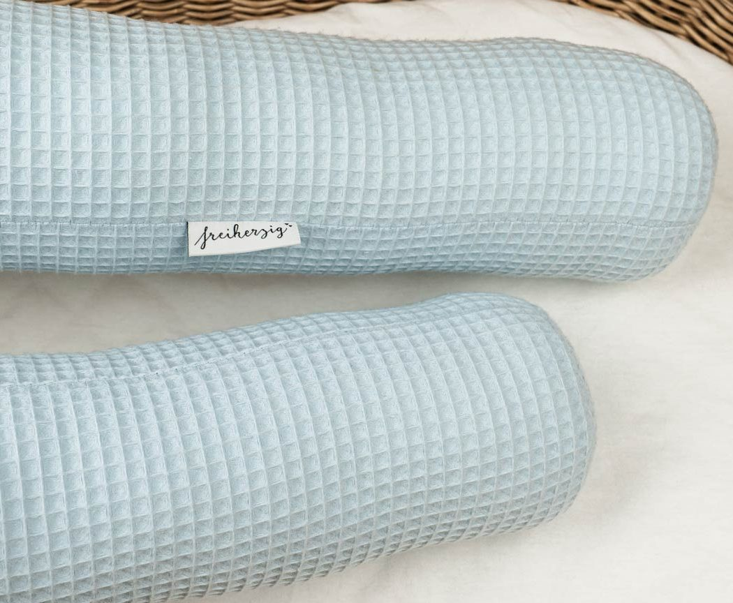 Bettschlange aus Waffelpiqué in pastellblau als Umrandung im Babybett, schützt sie den Kopf vor Gitterstäben und Zugluft und verhindert, dass der Schnuller aus dem Bett fällt.