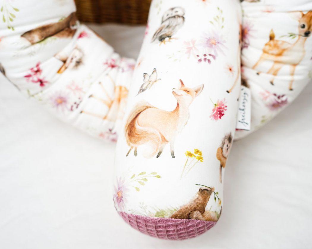 Bettschlange mit Fuchs, Igel, Reh, Eule und Bär als Umrandung im Babybett, schützt sie den Kopf vor Gitterstäben und Zugluft und verhindert, dass der Schnuller aus dem Bett fällt.