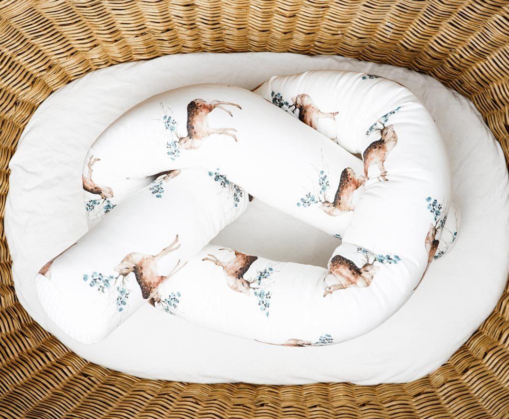 Bettschlange mit Hirsch als Umrandung im Babybett, schützt sie den Kopf vor Gitterstäben und Zugluft und verhindert, dass der Schnuller aus dem Bett fällt.