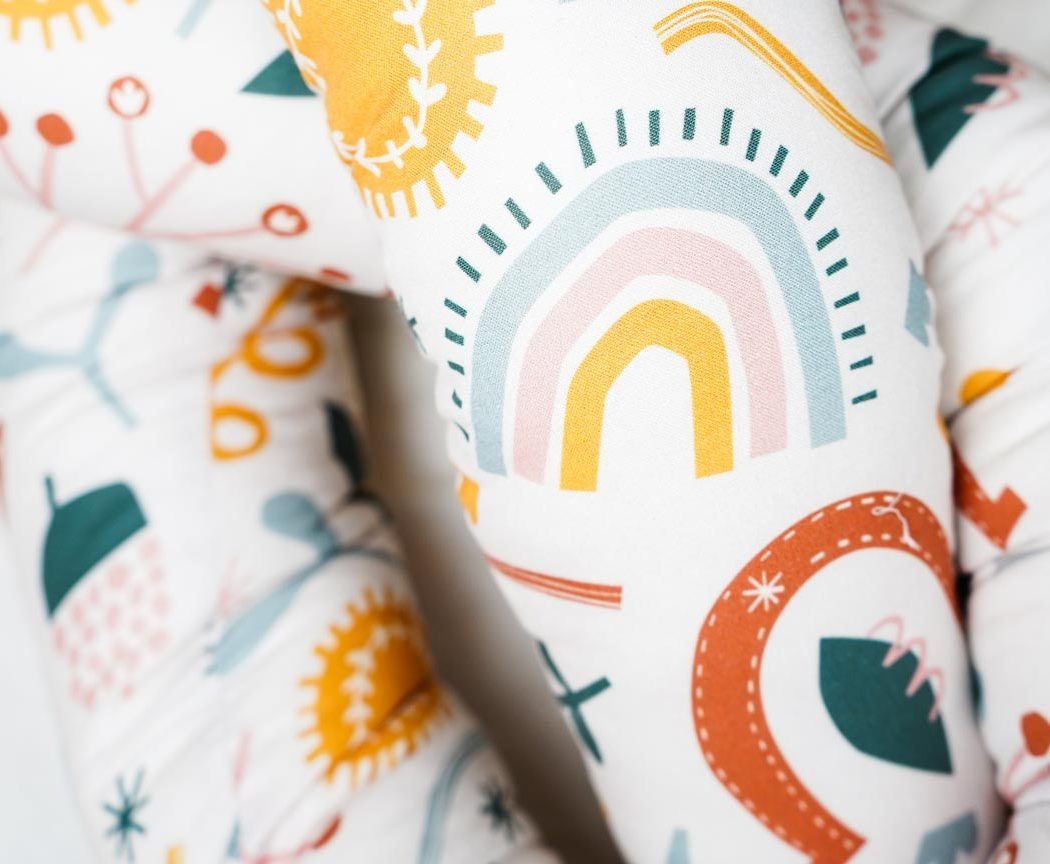 Bettschlange Sommer in Schweden als Umrandung im Babybett, schützt sie den Kopf vor Gitterstäben und Zugluft und verhindert, dass der Schnuller aus dem Bett fällt.