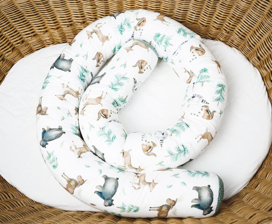 Bettschlange mit Waldtieren als Umrandung im Babybett, schützt sie den Kopf vor Gitterstäben und Zugluft und verhindert, dass der Schnuller aus dem Bett fällt.